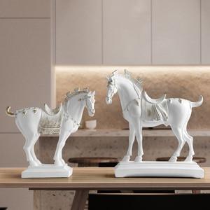 Image 4 - Harz pferd statuen home dekorationen zubehör figuren für büro hotel wohnzimmer kreative eingerichtet statue pferd geschenke