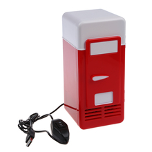 Mini USB lodówka czerwona mieści pojedynczą puszkę 12 uncji, która jest podświetlana z diody LED wewnątrz lodówki używanej w kabinie, w domu