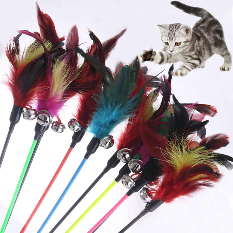 1PCS ขายร้อนของเล่นแมว Make A Cat Stick Feather ขนาดเล็ก Bell ธรรมชาติเช่นนกสีสุ่มสีดำสี Pole