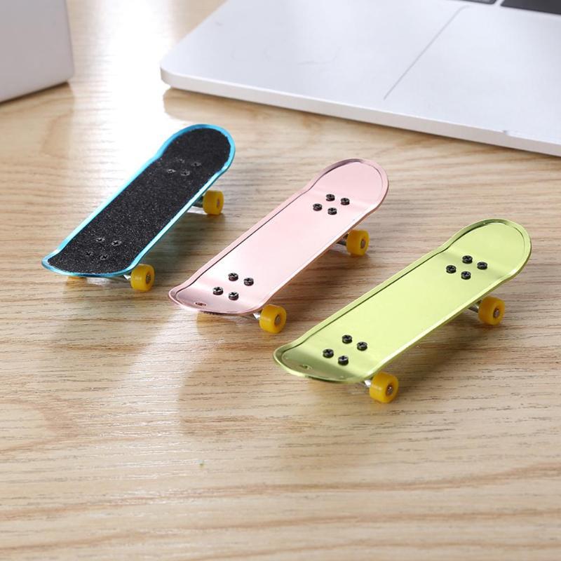 1 Pc Kühlen Mini Skateboards Legierung Finger Skate Board Entwicklungs Spielzeug Amüsant Finger Spielzeug Für Kinder Kinder Geschenke Zufalls Senden