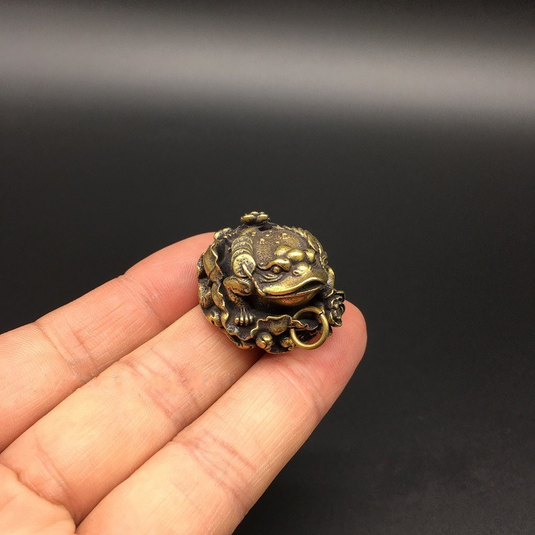 Collectable Chinese Brass Carved Animal Three Feet Golden Toad Exquisite Small Pendant Statues