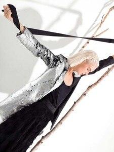 Image 4 - LANMREM 2020 nueva moda Primavera ropa de mujer cuello vuelto mangas completas contraste de colores lentejuelas chaqueta femenina JI99