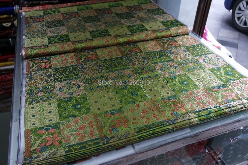 čínská tradiční hedvábná brokátová tkanina světle zelená zpět s velkými boxy a květy listovým vzorem
