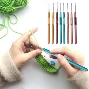 Image 3 - 8Pcs 여러 가지 빛깔의 플라스틱 손잡이 알루미늄 크로 셰 뜨개질 후크 뜨개질 바늘 세트 0.65 2.5mm 원사 스웨터 직조 공예 도구