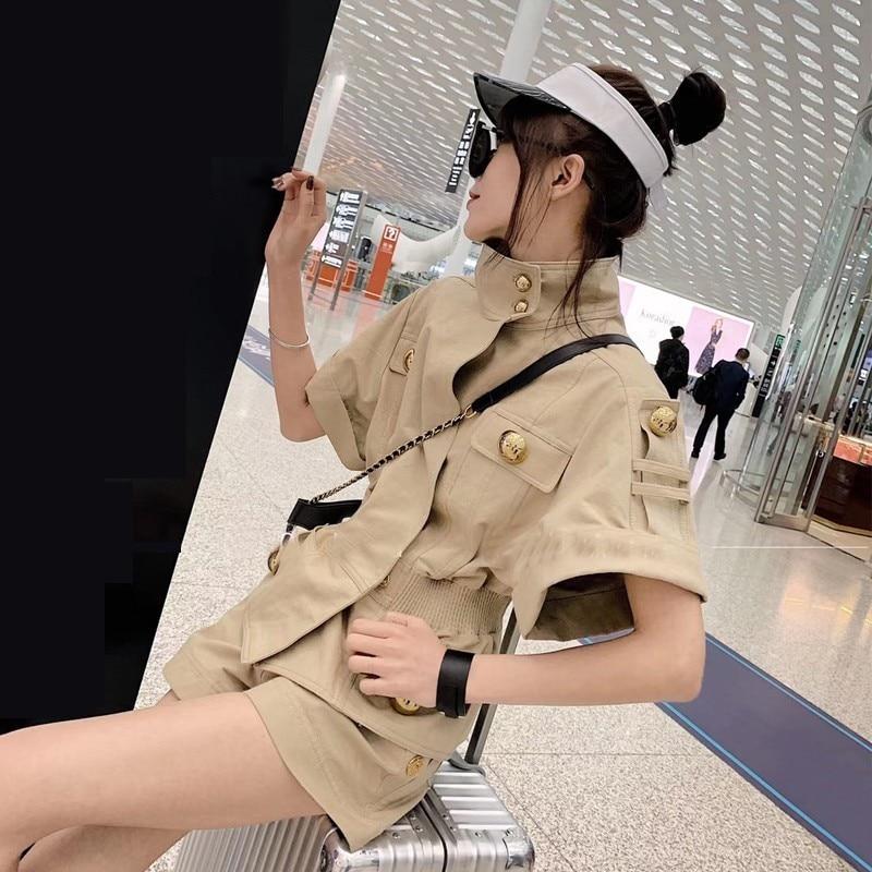 Kadın Giyim'ten Kadın Setleri'de TWOTWINSTYLE Yaz Düz Düğme Kadın Takım Elbise Kısa Kollu Balıkçı Yaka Tunik Tops Yüksek Bel Şort Kadın Iki Parçalı Set Moda'da  Grup 2