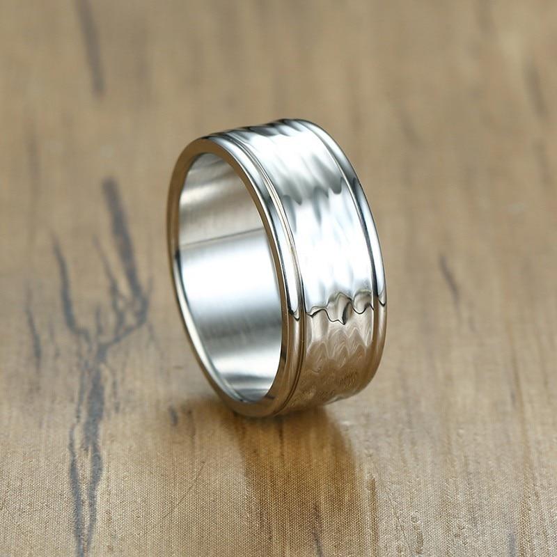 d57e590ad48c Elegantes anillos de líneas martilladas para hombre de tono plateado ...
