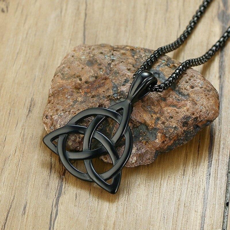 Collier pendentif homme noir celtique irlandais Triquetra noeud en acier inoxydable avec chaîne 24 pouces