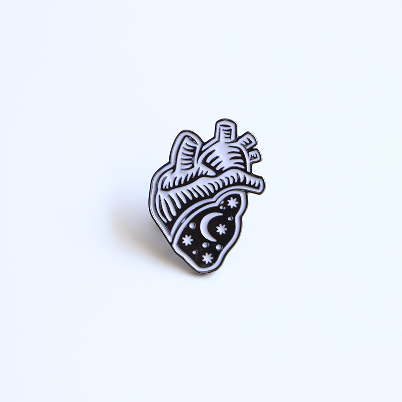 30b19f65cc0a1 Lua estrela Broches Black Heart Esmalte Pin para Meninos Meninas Lapela  Alfinete de Chapéu saco Jaqueta Jeans Mulheres Broche Pinos badge SC4521