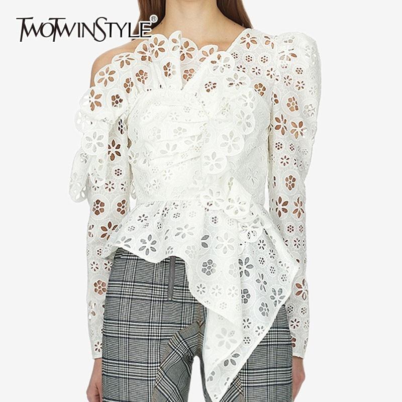 ee299e73cd11 TWOTWINSTYLE Sexy fuera del hombro asimétrica mujer camisa Blusa de manga  larga ahuecada blanco encaje Tops