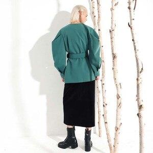 Image 3 - [EAM] 2020 חדש אביב סתיו V צווארון ארוך עטלף שרוול פי פיצול משותף ירוק רופף BandageJacket נשים מעיל אופנה JL083
