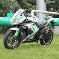 Drie kleuren grote elektrische motorfiets volwassen outdoor