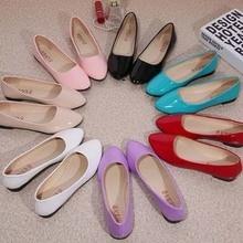 Новые женские милые повседневные однотонные туфли женские удобные туфли из искусственной кожи на плоской подошве с круглым носком без застежки летние пляжные туфли Красного, белого, синего, черного цвета