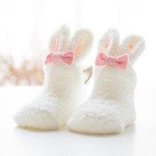 Зимние носки из кораллового флиса для маленьких девочек; мягкие носки для новорожденных с милым кроликом; плотные мягкие носки с милыми заячьими ушками; Размеры S и M