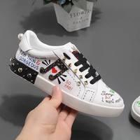 2018 весенне осенняя женская обувь на плоской подошве, кожаные белые кроссовки с заклепками, граффити, на шнуровке, удобная женская повседнев