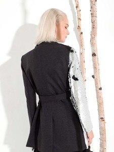 Image 3 - LANMREM 2020 nueva moda Primavera ropa de mujer cuello vuelto mangas completas contraste de colores lentejuelas chaqueta femenina JI99