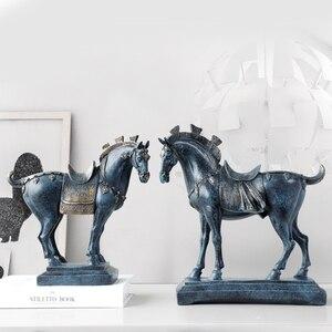 Image 2 - Harz pferd statuen home dekorationen zubehör figuren für büro hotel wohnzimmer kreative eingerichtet statue pferd geschenke