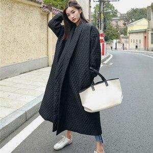 Image 2 - LANMREM חדש רחוב דק סגנון שחור Oversize דש חזרה Vent כפתור 2020 נקבה של ארוך כותנה מעיל Jaqueta Feminina WTH1201