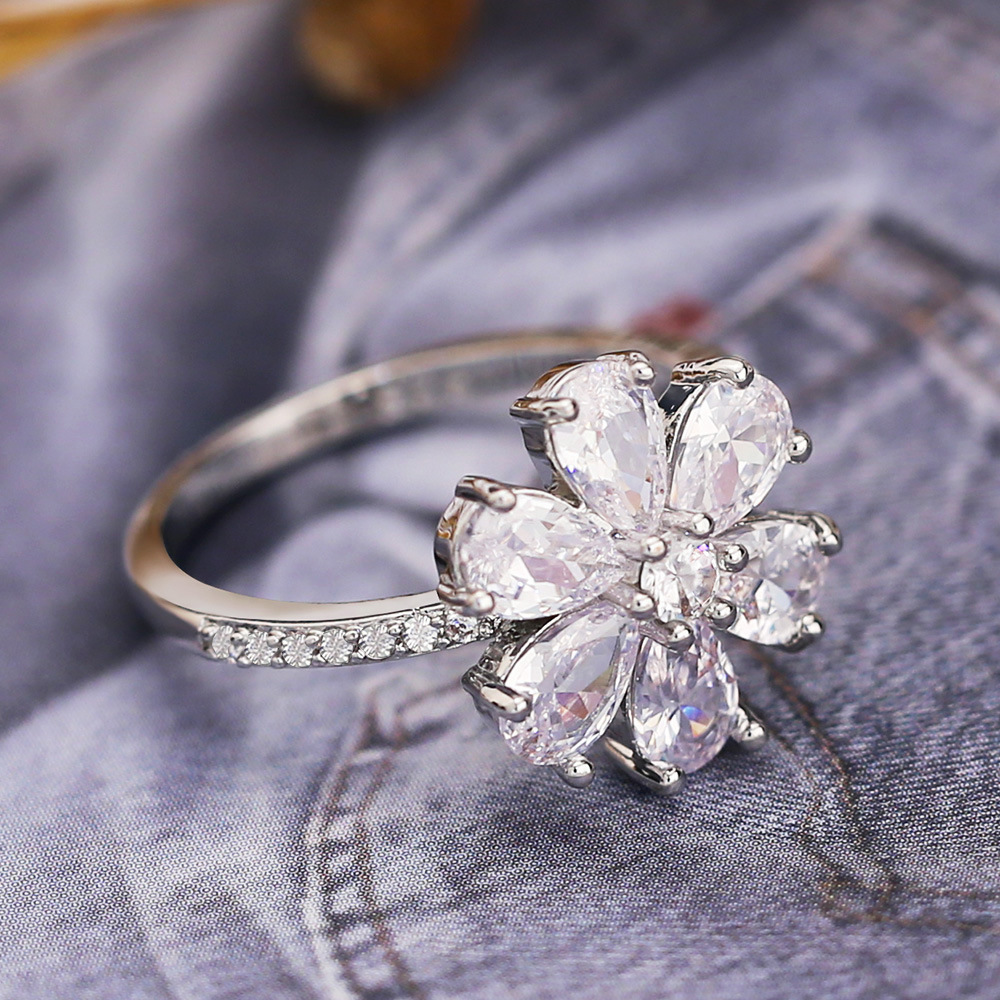 Huitan Big Flower Ring Elegant Snow Flake Shaped Wedding Ring With Brilliant Crystal CZ Floral Jewelry Ring For Women Hot in Wedding Bands from Jewelry Accessories