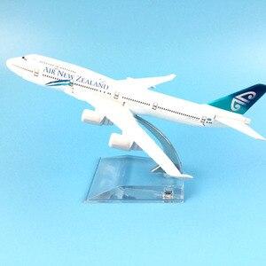 Image 2 - 16cm hava yeni zelanda Boeing 747 uçak modeli Diecast Metal Model uçaklar 1:400 Metal uçak düzlem uçak Model oyuncak