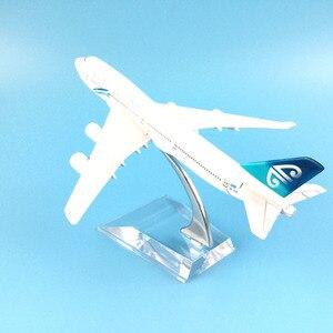 Image 4 - 16cm hava yeni zelanda Boeing 747 uçak modeli Diecast Metal Model uçaklar 1:400 Metal uçak düzlem uçak Model oyuncak