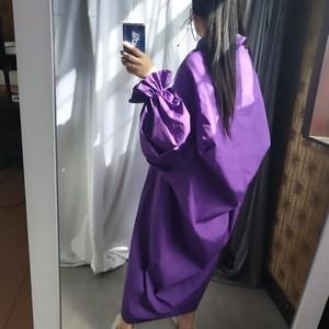 Image 3 - [EAM] 2020 אביב קיץ אישה אופנתי חדש שחור צבע קפלים ארוך פאף שרוול V צוואר ארוך Loose עטוף גודל גדול שמלת LG029