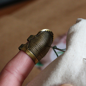 DIY Retro Handworking dedal para coser dedo Protector ajustable dedo agujas de Metal herramienta de costura accesorios dedal para coser
