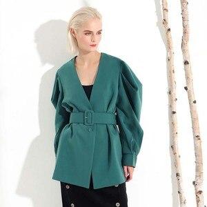 Image 5 - [EAM] 2020 חדש אביב סתיו V צווארון ארוך עטלף שרוול פי פיצול משותף ירוק רופף BandageJacket נשים מעיל אופנה JL083