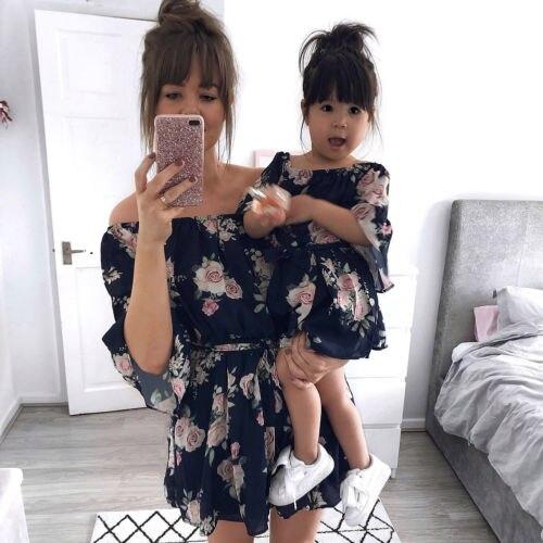 f1be4a1a4a7ffa2 2019 летние платья для мамы и дочки; одинаковые комплекты для семьи;  шифоновое платье с открытыми плечами и цветочным рисунком; Boho; одежда для  .