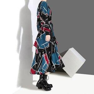 Image 2 - [EAM] 2020 Neue Frühling Sommer Rundhals Langarm Schwarz Muster Gedruckt Lose Unregelmäßige Saum Lange Kleid Frauen mode JI043