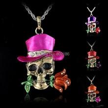Řetízek s přívěskem – barevná lebka v klobouku držící růži