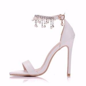 Image 2 - Kristal Kraliçe Kadınlar Zarif Topuklu Düğün Ayakkabı Kadınlar Için yüksek topuklu sandalet İnci Püskül Zincir Platformu Beyaz parti ayakkabıları