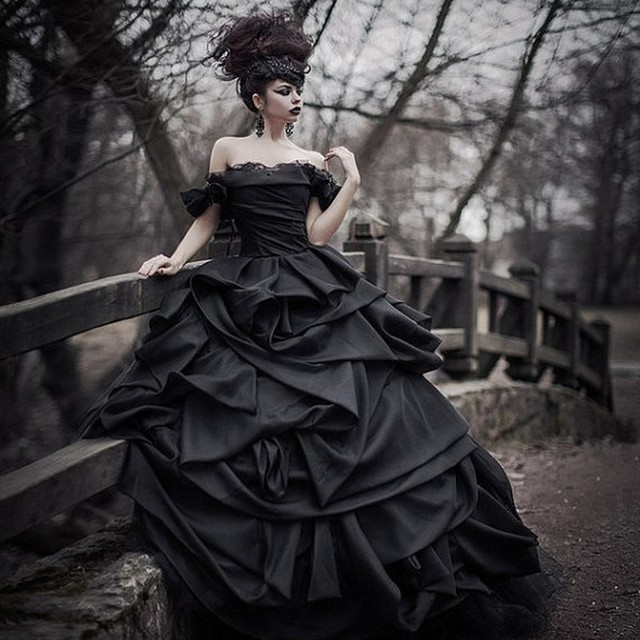 Off Shoulder Black Gothic Wedding Dresses 2017 Pick up Organza Tiered Pleat Bride  Dress Bridal Gown 4cdee00397de