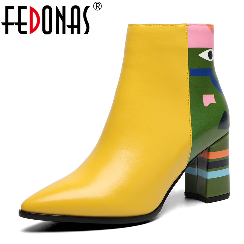 Ayakk.'ten Ayak Bileği Çizmeler'de FEDONAS 2019 Moda Marka Kadın yarım çizmeler Baskı Yüksek Topuklu Bayan Ayakkabıları Kadın Parti Dans Pompaları Temel Deri Çizmeler'da  Grup 1