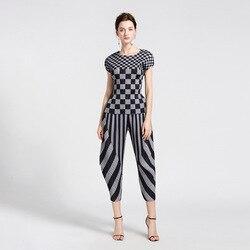 Женские летние комплекты размера плюс 2018 Miyake плиссированная модная клетчатая футболка с круглым вырезом и коротким рукавом + полосатые шар...