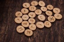 Viking rune wood starszy Futhark runiczny alfabet drewniany zestaw runy tanie tanio Moda Zestawy biżuterii Klasyczny Naszyjnik kolczyki pierścień bransoletka Drewna PLANT Mężczyźni Unisex wood pendant