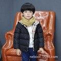 2017 Niños Chaquetas para Niños Niñas de Invierno Pato Blanco Abajo Chaqueta Moda Abrigos Parkas Con Capucha Caliente Abajo Escudo Niños NB0015