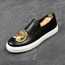 2c9cf5073 CuddlyIIPanda العلامة التجارية جديد وصول الرجال أحذية بدون كعب أنيقة طباعة  النمر التطريز الزفاف الأحذية الأخفاف الذكور العودة لل.