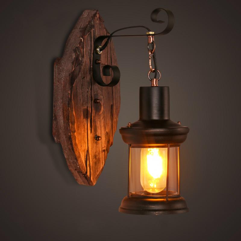 Moderne Wandleuchte aus Holz über den Nachttisch