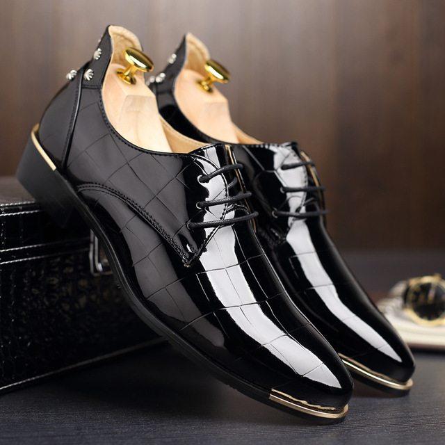 Rivetsรองเท้าDance Partyรองเท้าหนังสิทธิบัตรPointed Toeจัดงานแต่งงานรองเท้าสำหรับชายขนาดสีดำ