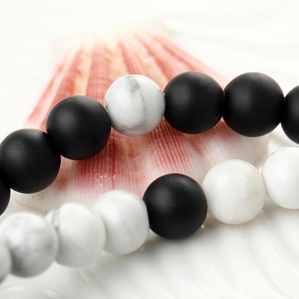 Bracelets de perles blanc et noir en howlite blanche et onyx, gros plan détails