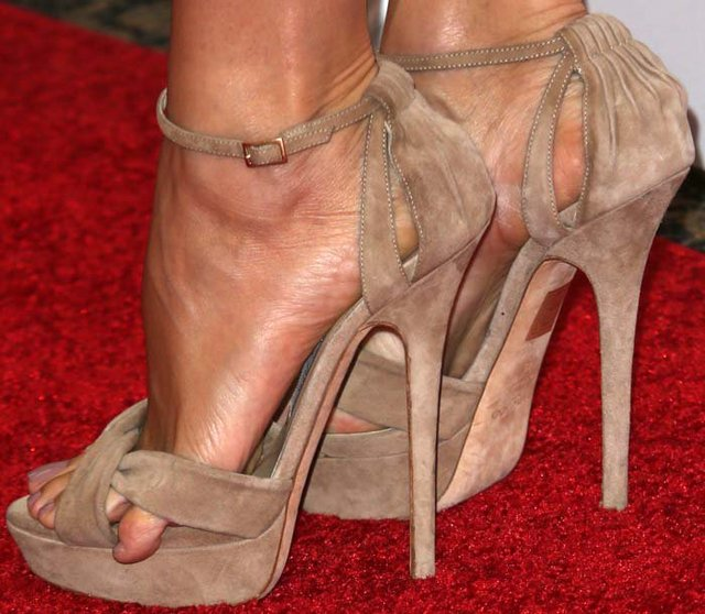 4787736d235ceb Audrina Patridge shiny as a disco ball at the 2017 MTV Jennifer Garner with toe  overhang in beige suede Greta heels YIMEINA 12CM