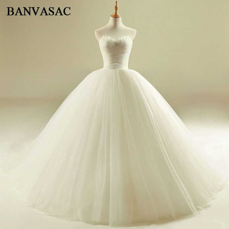 BANVASAC 2017 New Elegant Pleat Stroppeløs Bryllup Kjoler Sleeveless Draped Feathers Luxury Court Tren Satin Brude Ball Kjoler
