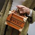 Venda quente 2016 Mulheres Moda Bolsa de Ombro PU Couro Bordado Aba Messenger Sacos Novo Designer De Marcas de Bolsas Hasp Clutch Bag