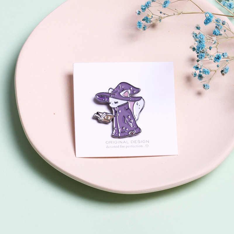 Kartun Lencana Lucu Penyihir Kucing Bros untuk Wanita Wizard Kitty Membaca Buku Sihir Keras Enamel Pin Aksesoris Ransel