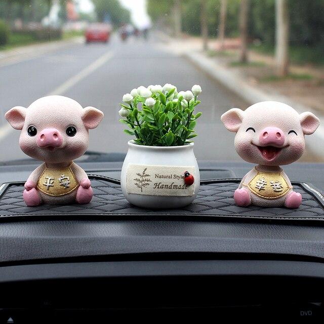 Poruszająca głową świnia żywica ozdoby samochodowe dekoracje do wnętrz samochodów 1PC słodka zabawka dekoracja samochodu Accesorios Automovil do samochodu