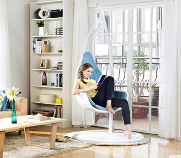 Крытый европейском стиле одного висит корзина висит стул. ка.