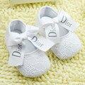 2017 новый белый девочка обувь номера для скольжения мягкое дно девушки обувь moccs бантом botinha infantil prewalker детские кот обувь