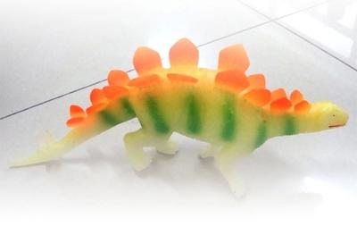 Modelo animal juguetes dinosaurio stegosaurus simulación luminosa juguetes de Hardware es de unos 38 cm de largo