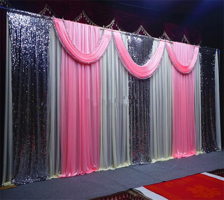 Beau fond en ivoire avec des rideaux de couleur rose et un rideau en toile de fond en paillettes argentées pour la décoration de mariage