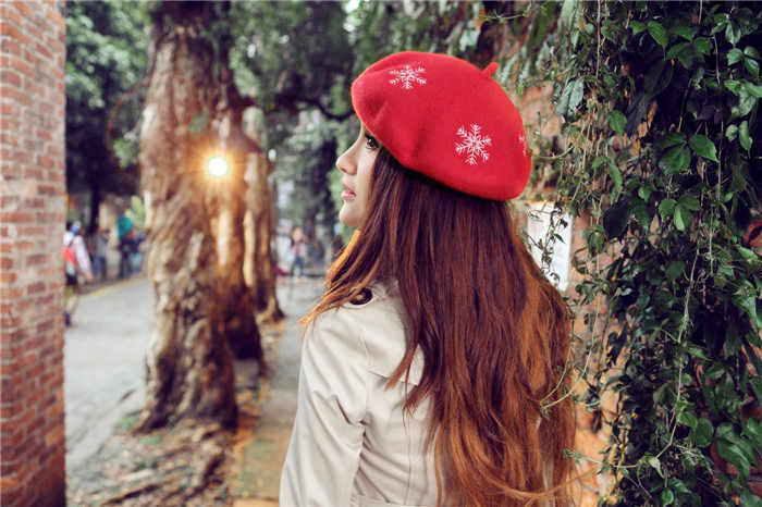 2017 Горячая Женская фетровая 100% шерсть французская шляпа Снежинка вышивка береты фетровая шляпа-таблетка модная потрясающая Кепка художника Оптовая Продажа